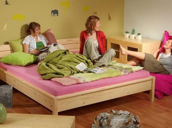 Pokoj pro mladou slečnu je vybaven pohodlnou postelí Christine, šířka 160 cm v provedení smrk (na přání lze i buk),(Gazel).
