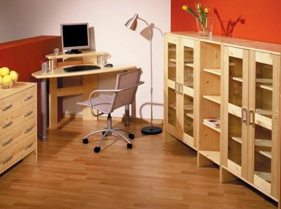 Sektorová sestava Sunny. Skříňky lze používat samostatně či jako součást sestavy, úchytky na přání dřevěné či kovové. Počítačový stůl Compy II je určen do rohu, velikost 130x70x76 cm, materiál smrk,(Gazel).